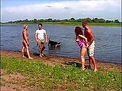 2 vervelende Duitse koppels gaan hardcore op de rivieroever
