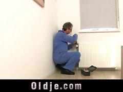 Ryskt teen knullat i arslet vid en gammal människan