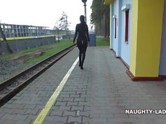 Yaramaz Lada giyen siyah kıyafeti