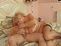 Красивая блондинка итальянского Короткошерстный - Большие красивые женщины - бабушки отсасывает