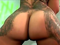 Tattooed NYMFOMAN sucks hård kran gloryhole