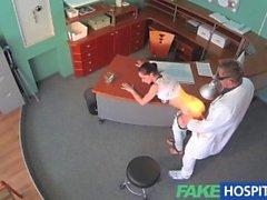 FakeHospital sexy de coudée patient au la des réceptionnistes bureau et baisé dur