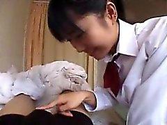 Naughty schoolgirl pisca suas curvas e dá um blowj hot