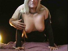 Blonde piacere per gli occhi vanta una fumata mentre avendo i suoi buchi stre