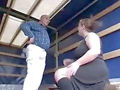 Geile Fat BBW meisje zuigen oudere pik voor geld