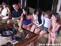 étudiants sauvages de Tanner et Alexis Capri jouer jeu de sexe et baiser