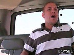 Cins otobüste yolculuk ederken sevimli adamda eşcinsel oral seks gözleri olur