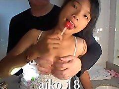 Glimlachend Viet meisje houdt van pik in haar mond thaigirltia.com