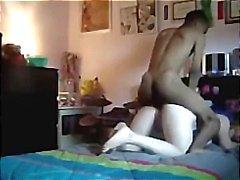 Tiener wordt gevangen door verborgen cam hard worden geneukt door vriendje