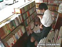 Ecolière de Shy à tâtons et utilisés dans une librairie de