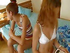 Venäjän koulutyttöjä Vika ja Natasha