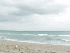 De Sasha adorables amiga hijo con culo grande y las tetas naturales de se divierten en la playa