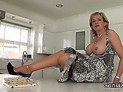 Adulterous british maturité dame sonia révèle son hoo massif