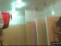 kvinnliga dusch scener med ömsesidig soaping