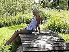 Blond kvinna som av svenska rör vid klitoris