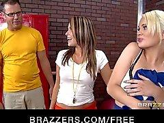 Sletterige cheerleaders Alexis Ford en Courtney Cummz groepsex