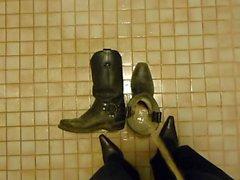 Kovboy çizmelerinde işemek
