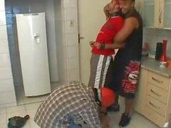 Dos hombres fuertes pisando un esclavo