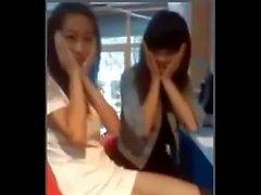 юбки китайских девочки переворачивается ее другом