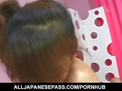 Mao Tachibana en robe rouge frotte twat de gars bouche avant baise