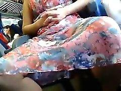 borracho Oriental deslumbrante abre as pernas e pisca seu whi