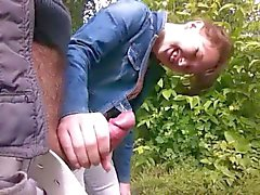 Masturbación con la mano en bosque del