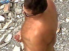 Daddy поглаживание свое огромный член на берегу моря