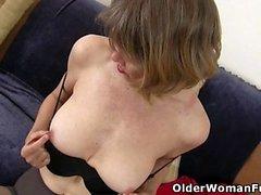 La milf Jacqueline de los EE. UU. Se ocupa de su coño rosa abierto