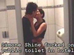 Simone Nadia Moore tuvalete şanslı çocuk tarafından becerdin aka Shine