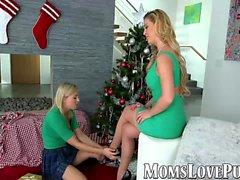 Mamãe lésbica e baleia bela em dia de Natal