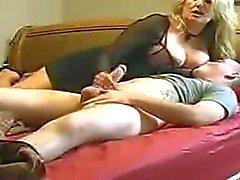 Мама содействует не своему пасынку в постели