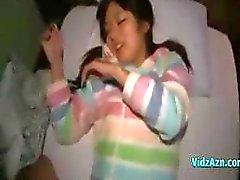 Сладкое восточных птенец нарушает минет и получает пальцем в ее волосатого втулки