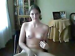 La muchacha adolescente que muestra sus tetas y el coño