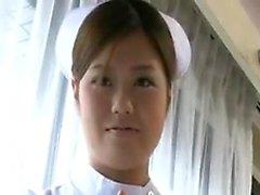 L'infirmière japonaise provocante expose sensuellement son merveilleux