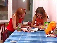 Macha et le Ivana Teen pipi sur la toilette