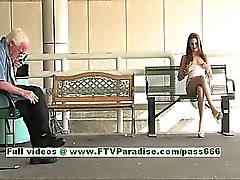 De Monica mignonne de brünett woman seins de clignotant publique et la chatte