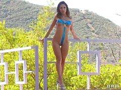 Tart Alexa Nicole shows off her fit body in this bikini