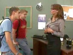 Grossi seni docente del brunette scopa e la sua schifo due studenti Threesome