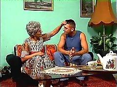 Bir gözlük büyükanne ve genç damızlık