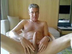 Papa wichst in seinem Hotelzimmer ab