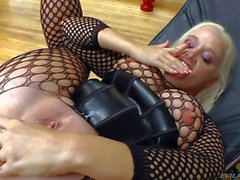 Sheena Shaw gives a close up of her clit