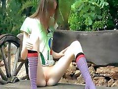 Ultra mager meisje plagen op een bankje