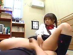 écolière japonaise Pigtailed en culotte blanche doigte