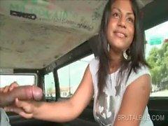 Dolcetto dilettante dà suo meglio Fellazioni sul bus