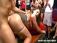 Groep feestende Amerikaanse meisjes zuigen stripper pik en willen hun sperma