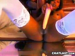 Smut Lexi Belle se masturbe À l'aide de l'appareil Et le jouet