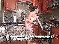D'alexa Loren plantureuse jolie brune femme seins et le cul clignote de la cuisine