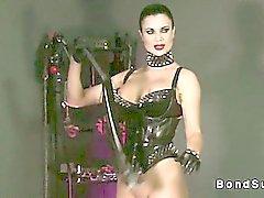 Maitresse Hot réduisant l'esclave de sperme alors que ses des poignets ligotés