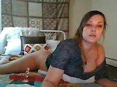 Busty brunett använder stora sexleksaker
