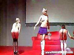 Kolme seksikäs koulutyttö strippaus